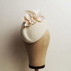 Chapeau rétro de cérémonie blanc, style vintage, avec fleurs et feuilles en soie. Oh... Really? par Sandra Lacroix, chapelière, Bruxelles.