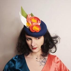 Petit chapeau rétro en feutre bleu royal. Style vintage avec fleurs et feuilles en tissu corail, orange et vert. Oh... Really? par Sandra Lacroix, chapelière, Bruxelles.
