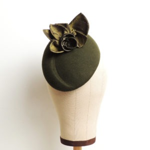 Chapeau rétro de cérémonie vert kaki, style vintage, avec fleurs et feuilles en soie. Oh... Really? par Sandra Lacroix, chapelière, Bruxelles.