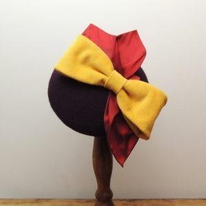 Bibi rond en feutre violet rétro et de style vintage, avec nœud jaune et feuilles rouges en tissu. Oh... Really? par Sandra Lacroix, chapelière, Bruxelles.