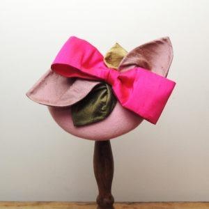 Bibi rétro rond en feutre rose. Style vintage avec nœud fuchsia et feuilles roses et vertes en soie. Oh... Really? par Sandra Lacroix, chapelière, Bruxelles.