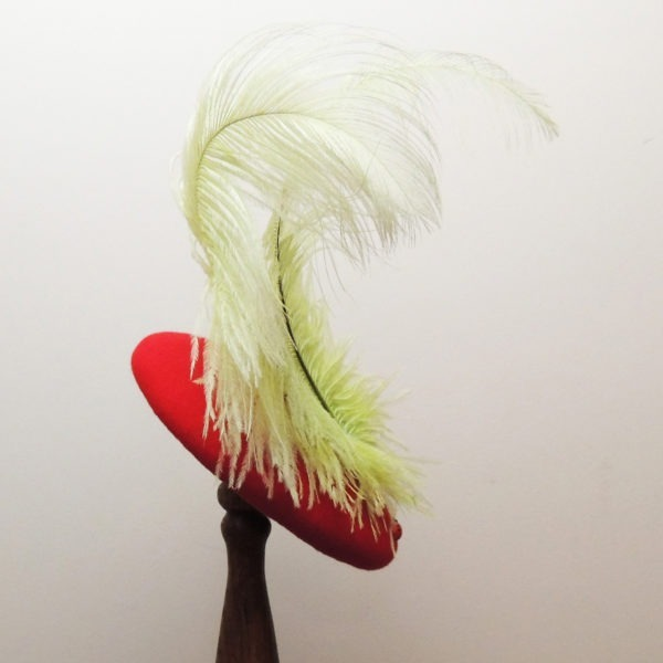 Bibi rétro en feutre rouge. Style vintage avec plumes d'autruche vertes et coccinelles en bois. Oh... Really? par Sandra Lacroix, chapelière, Bruxelles.