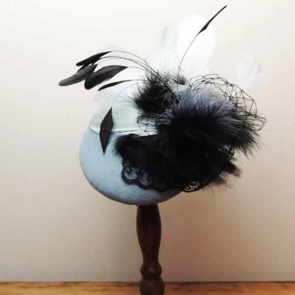 Chapeau de cocktail rétro en feutre bleu et décorations noires. Style vintage avec plumes, dentelle et voilette. Oh... Really? par Sandra Lacroix, chapelière, Bruxelles.