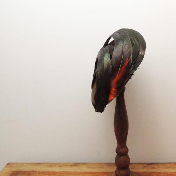 Chapeau rétro rond en feutre brun. Style vintage aux couleurs automnales. Recouvert de plumes de coq naturelles. Oh... Really? par Sandra Lacroix, chapelière, Bruxelles.