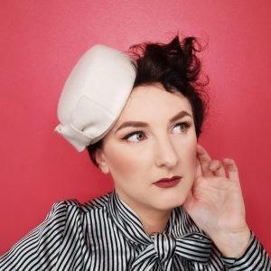 Petit chapeau rétro rond en feutre blanc ivoire. Fez de style vintage avec nœud. Oh... Really? par Sandra Lacroix, chapelière, Bruxelles.