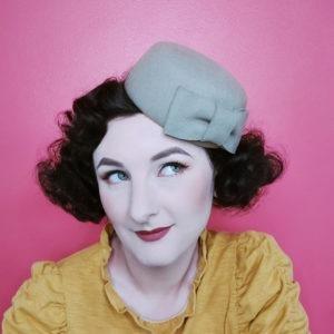 Petit chapeau rétro rond en feutre gris. Fez de style vintage avec nœud. Oh... Really? par Sandra Lacroix, chapelière, Bruxelles.