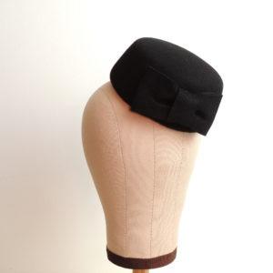 Petit chapeau rétro rond en feutre noir. Fez de style vintage avec nœud. Oh... Really? par Sandra Lacroix, chapelière, Bruxelles.
