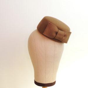 Petit chapeau rétro rond en feutre brun caramel. Fez de style vintage avec nœud. Oh... Really? par Sandra Lacroix, chapelière, Bruxelles.