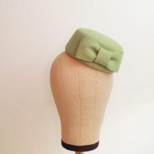 Petit chapeau rétro rond en feutre vert menthe. Fez de style vintage avec nœud. Oh... Really? par Sandra Lacroix, chapelière, Bruxelles.