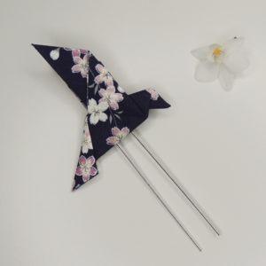Pince à cheveux rétro avec un origami oiseau bleu marine avec fleurs. Accessoire de style vintage. Oh... Really? par Sandra Lacroix, chapelière, Bruxelles.