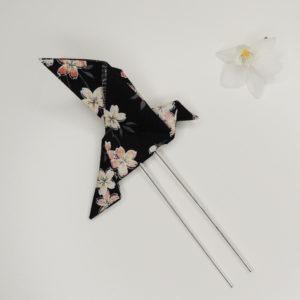 Pince à cheveux rétro avec un origami oiseau noir avec fleurs. Accessoire de style vintage. Oh... Really? par Sandra Lacroix, chapelière, Bruxelles.