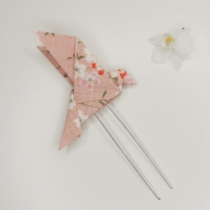 Pince à cheveux rétro avec un origami oiseau rose avec fleurs. Accessoire de style vintage. Oh... Really? par Sandra Lacroix, chapelière, Bruxelles.