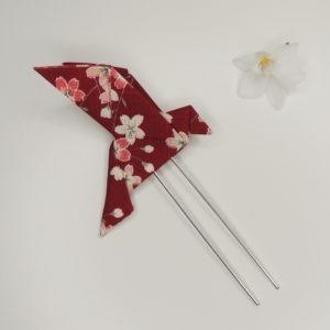 Pince à cheveux rétro avec un origami oiseau rouge bordeaux avec fleurs. Accessoire de style vintage. Oh... Really? par Sandra Lacroix, chapelière, Bruxelles.