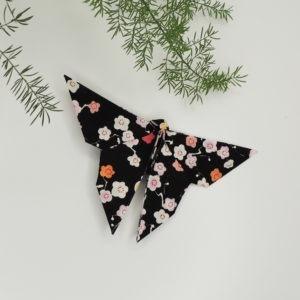 Accessoire pour cheveux rétro. Pince de style vintage avec un origami papillon noir à fleurs. Oh... Really? par Sandra Lacroix, chapelière, Bruxelles.