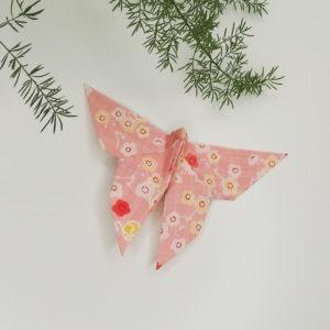 Accessoire pour cheveux rétro. Pince de style vintage avec un origami papillon rose à fleurs. Oh... Really? par Sandra Lacroix, chapelière, Bruxelles.