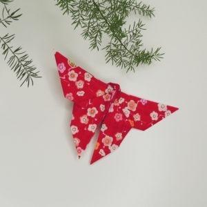 Accessoire pour cheveux rétro. Pince de style vintage avec un origami papillon rouge à fleurs. Oh... Really? par Sandra Lacroix, chapelière, Bruxelles.